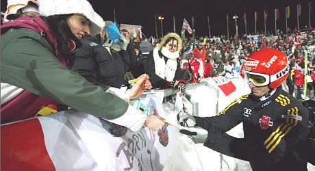 Rund 2.000 begeisterte Skisprungfans jubelten in der Vogtland Arena den Springern zu und holten sich Autogramme, wie hier wie von Michael Uhrmann. Foto: Brand-Aktuell