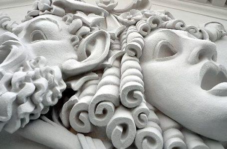Ein besonderes Relief am Giebel des Vogtlandtheaters. Foto: Spitzenstadt.de