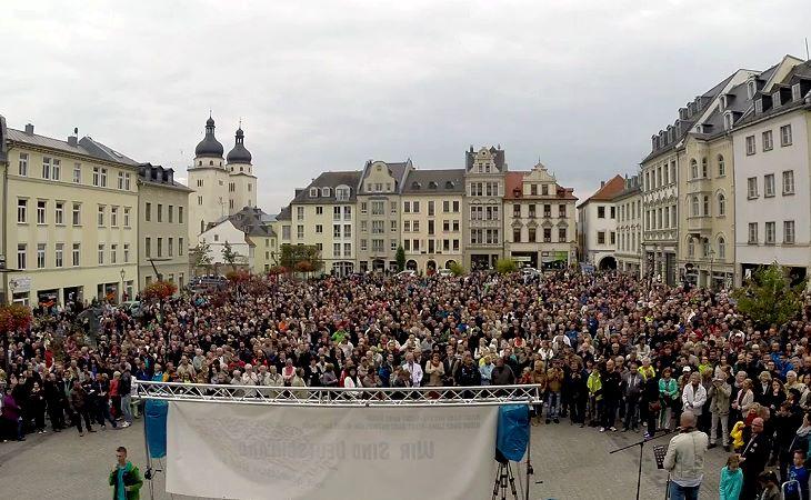 Menschen in Plauen gehen wieder auf die Straße
