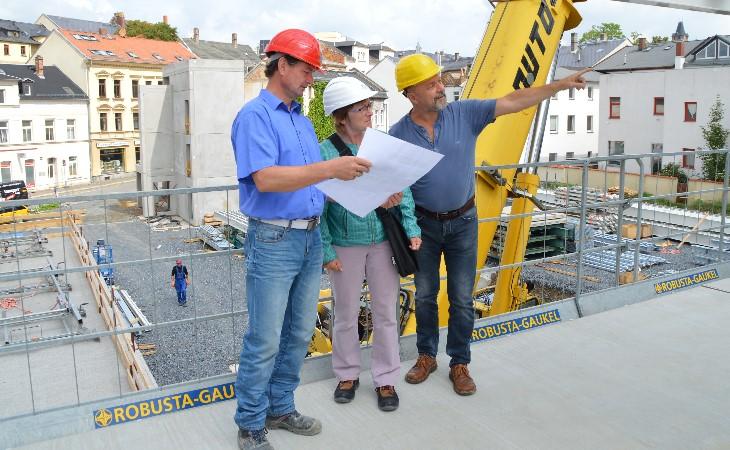 Bauleiter, Planerin und Projektleiter besprechen auf der Baustelle die nächsten Schritte. (Foto: LRA)