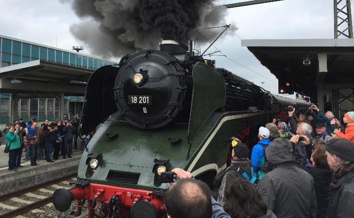 Einfahrt einer Legende: Lokomotive 18 201 in Plauen