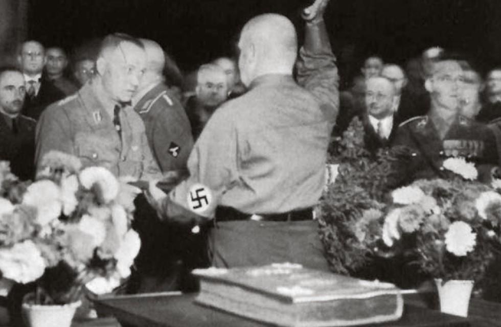 Großer Ratssaal in braun: Der Plauener NSDAP-Oberbürgermeister Eugen Wörner überreicht Mutschmann im September 1933 den Ehrenbürger- Brief, ...