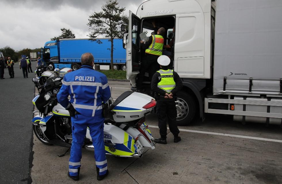 Großkontrolle der Verkehrspolizei auf der Autobahn