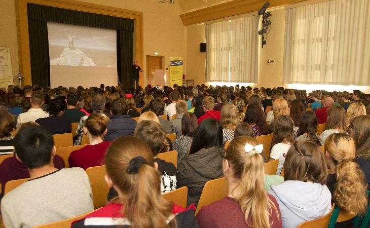 Joey Kelly begeistert Schüler der Friedensschule Plauen