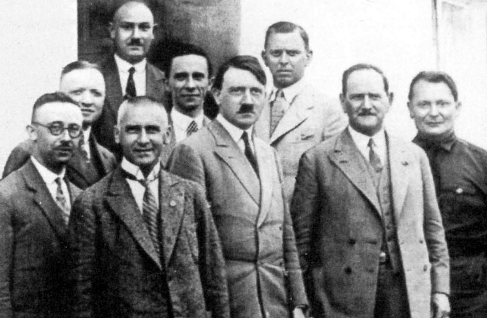 Trommeln für die Macht (1929, Bad Elster, v. l.): Himmler, Mutschmann, Frick, Karl Fritsch (hinten, ein Plauener, ab 1933 sächsischer Innenminister), Goebbels, Hitler, dessen Adjudant Schaub, von Epp, der spätere Reichskommissar für Bayern, und Göring. Foto: Sächsisches Hauptstaatsarchiv Dresden