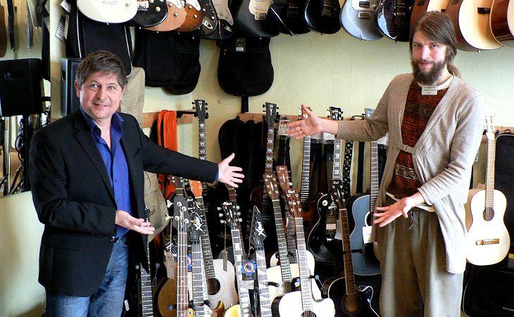 """Steffen Krebs (l.) ist seit 25 Jahren mit seinem Laden für Musiker und seinem Geschäft für Bühnen- und Veranstaltungstechnik erfolgreich. Im Laden ist mittlerweile Christian Roscher, Frontmann der Plauener Band """"Polis"""", als professioneller Berater der Kunden beschäftigt."""
