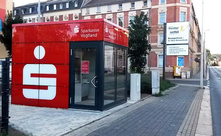"""Haselbrunn: Neuer roter """"Würfel"""" ersetzt Geldautomat an der Morgenbergstraße"""