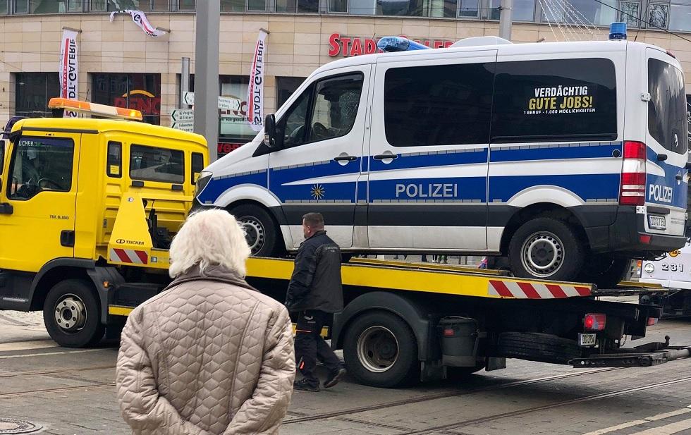 Einsatzwagen der Polizei Plauen wird abgeschleppt