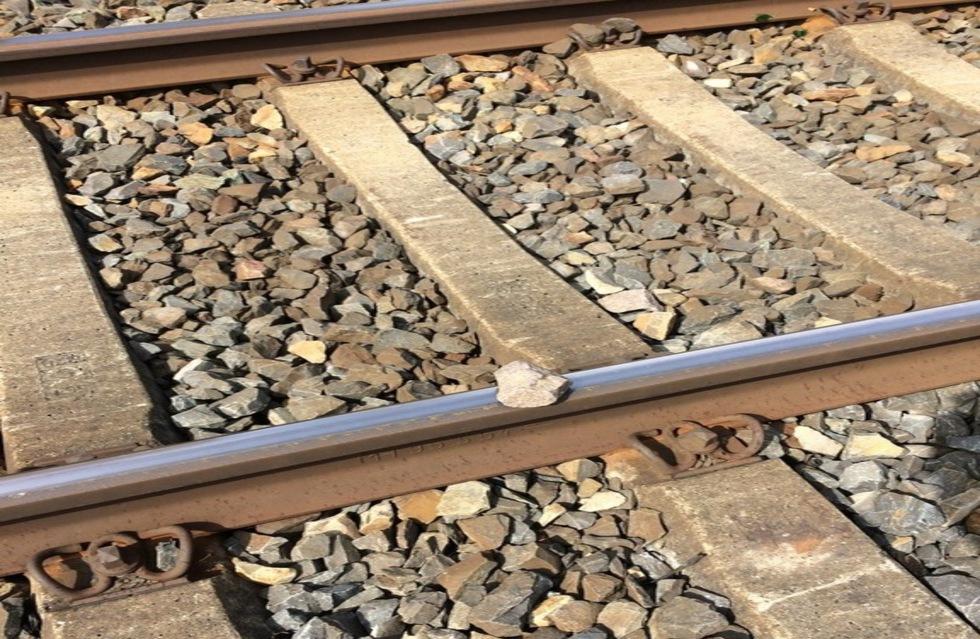 Steine auf Zug geworfen: Polizei in Plauen sucht Steinewerfer