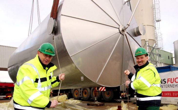 Sternquell-Technikchef Rüdiger Senf (links) und Elektromeister Michael Dreikorn laden die Silos für das neue Sudhaus mit ab. Foto: BrandAktuell