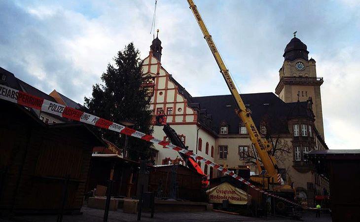 Plauener Weihnachtsbaum droht umzustürzen