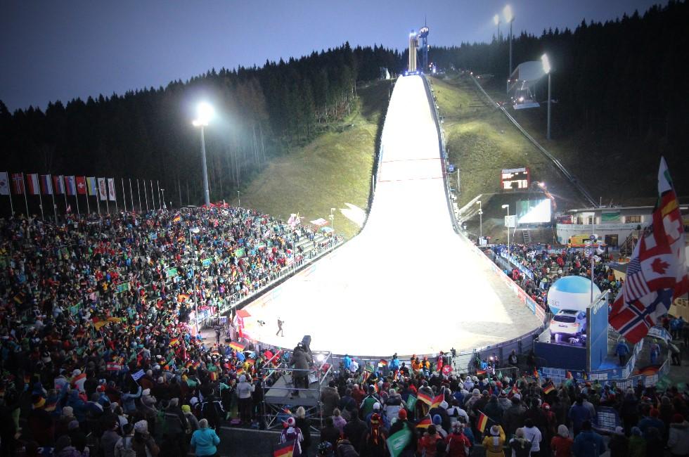 3x2 Tickets für FIS Weltcup der Skispringer in Klingenthal zu gewinnen  Weltcup-Stimmung vom 13. bis zum 15. Dezember 2019 in der Vogtland-Arena  Spitzenstadt.de verlost zusammen mit dem VSC Klingenthal 3x2 Freikarten für den Viessmann FIS Weltcup Skispringen vom 13. bis zum 15. Dezember 2019 in der Vogtland-Arena in Klingenthal. Skispringer und Skispringerinnen aus insgesamt 18 Nationen werden beim Weltcup im Vogtland an den Start gehen. Die Fans dürfen sich auf etwa 70 Herren und 50 Damen freuen.