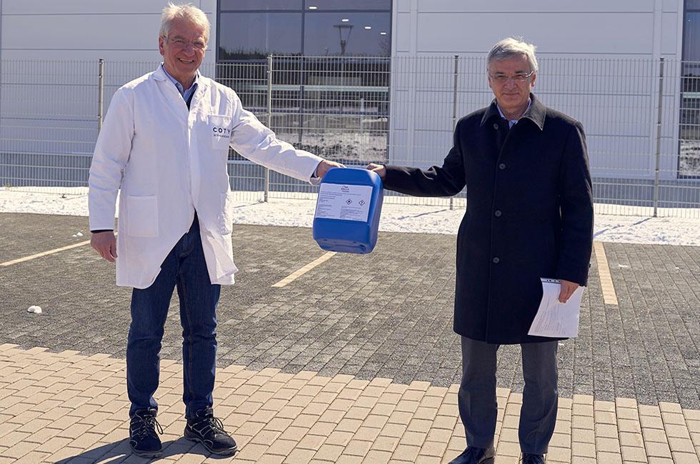 Coty Rothenkirchen_Übergabe Handdesinfektionsmittel_Werksleiter Ulrich Jähn an Landrat Rolf Keil