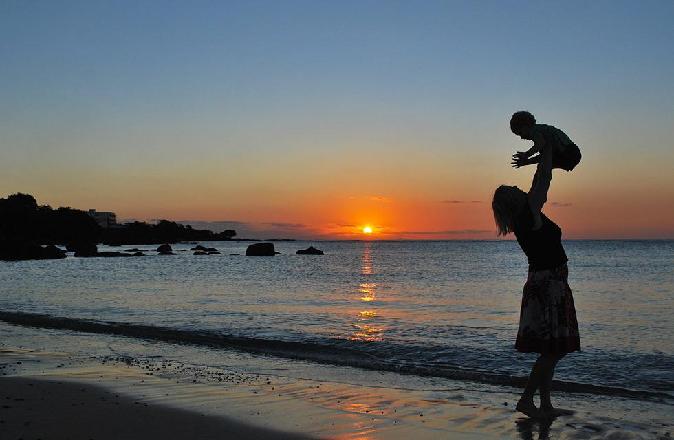 Sonnenuntergang-Strand-Familie