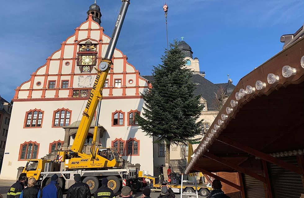 seb_Spitzenstadt-Plauen_Weihnachtsmarkt-Aufstellen_Weihnachtsbaum_2019