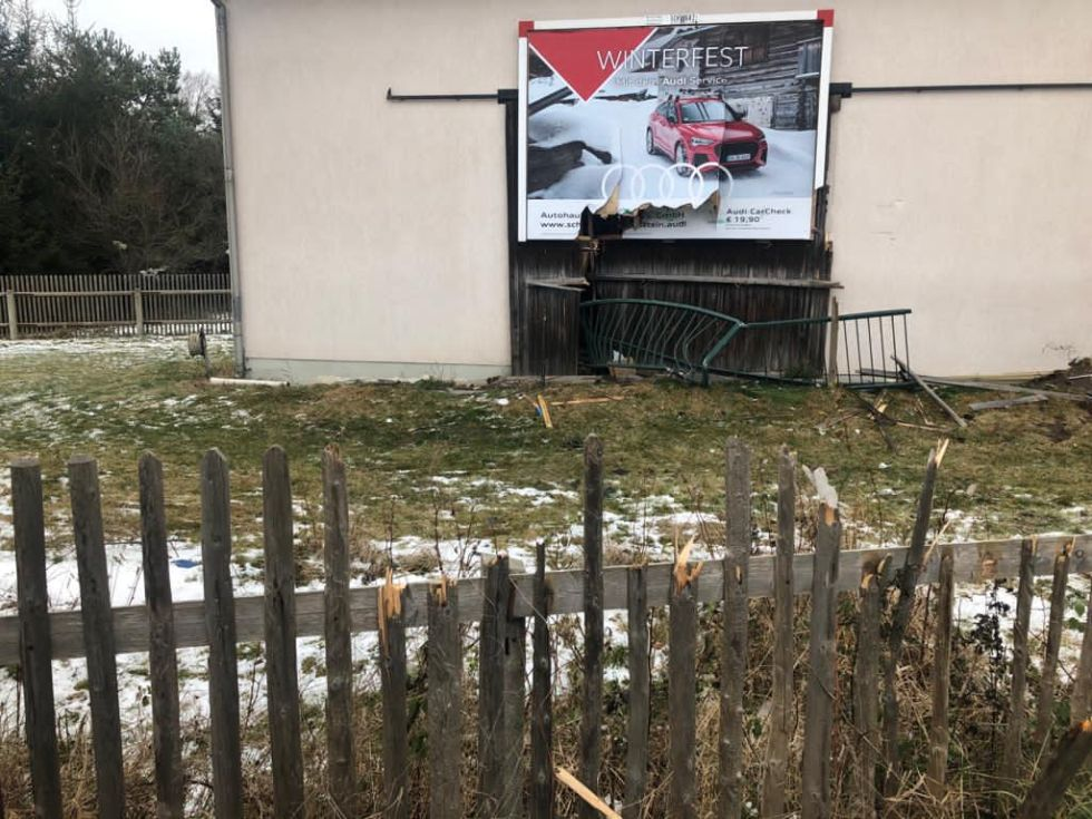 Auto kracht in Scheune in Trieb