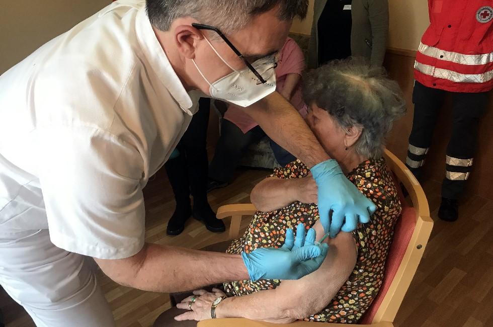 Corona-Impfstart: Erste Frau in Sachsen geimpft
