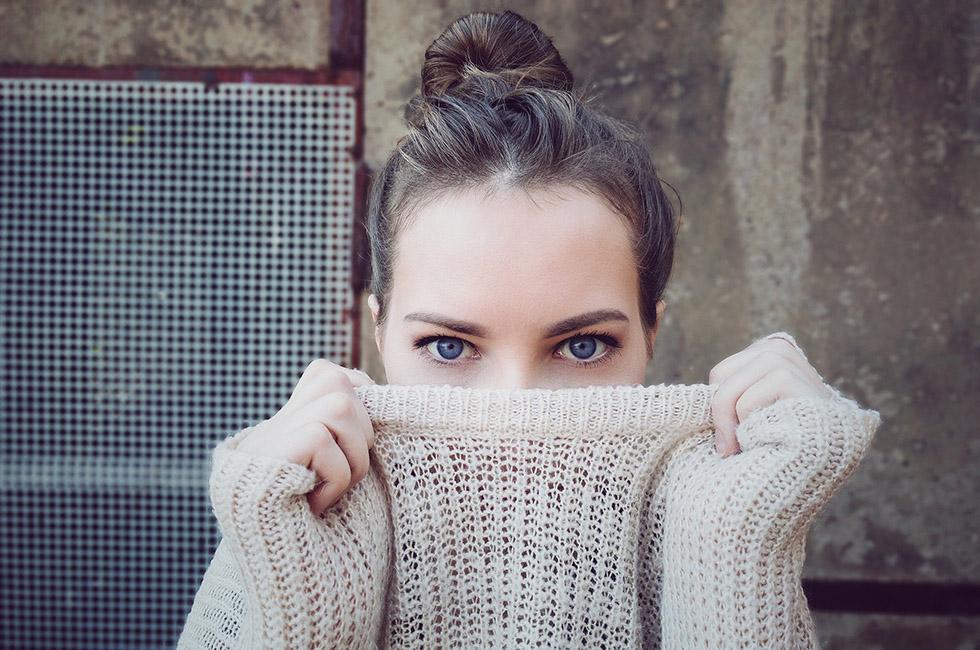 Mode-Frau-Pullover-Spitzenstadt-Halsüberkopf