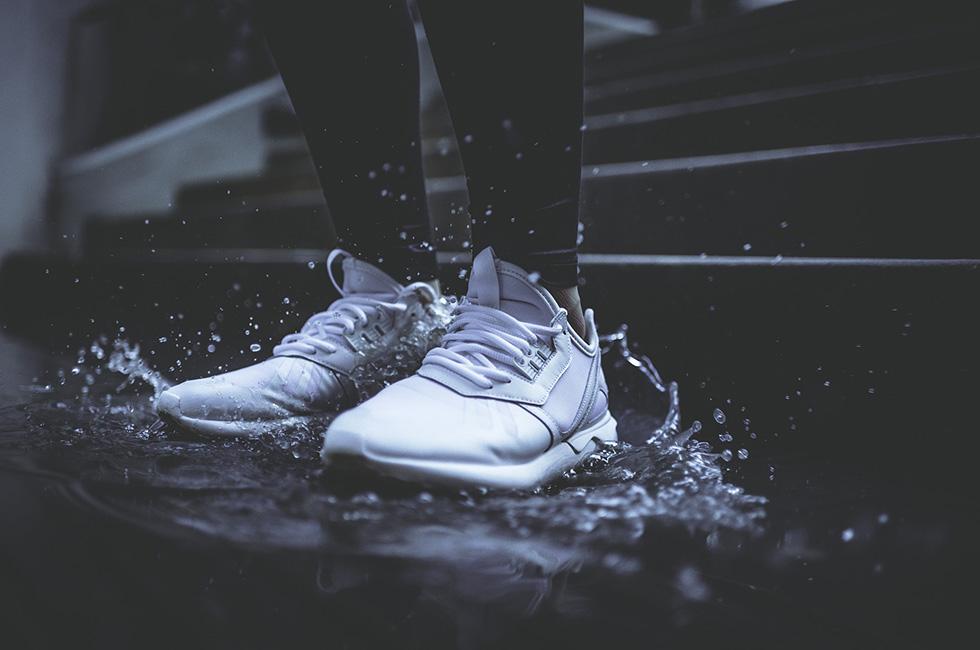 Sneaker-Mann-Wasser-Pfütze