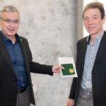 """Landrat Rolf Keil (l.) übergibt die Medaille """"Sachsen - Land der Friedlichen Revolution"""" an Thomas Findeis. Foto: Landratsamt"""