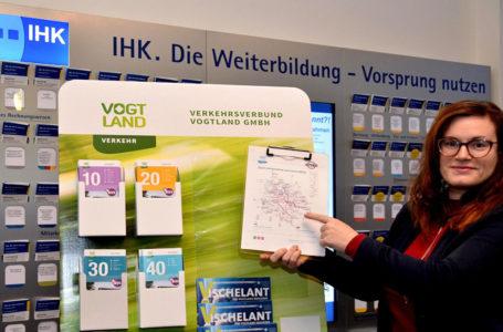 In der IHK Regionalkammer Plauen nahm Geschäftsführerin Sina Krieger den Infostand Nummer 75 persönlich in Empfang. Foto: Verkehrsverbund Vogtland