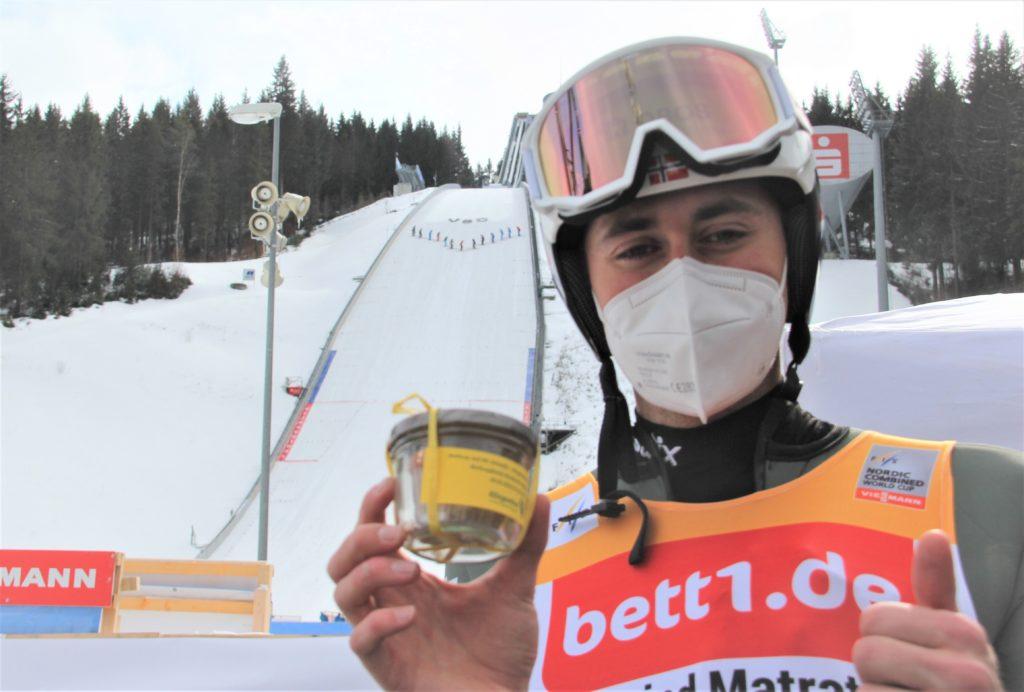 Jarl Magnus Riiber freute sich nicht nur über die Kristallkugel und den Pokal als Tagessieger, sondern auch über den kleinen Kuchen im Glas von den Organisatoren. Foto: VSC / Gunther Brand