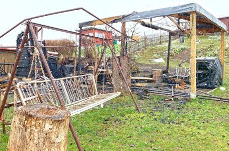 """Abgebrannte Gartenlaube im Kleingartenverein """"Rundblick"""" in Plauen. Rund 3.000 Euro Schaden entstanden durch die Flammen. Foto: Sebastian Höfer"""