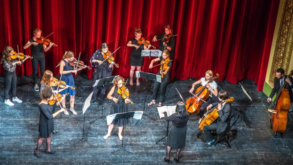 """Streichergruppe: Schüler des Vogtlandkonservatoriums """"Clara Wieck"""" treten im Vogtlandtheater auf. (c) Stadt Plauen/Vogtlandkonservatorium"""