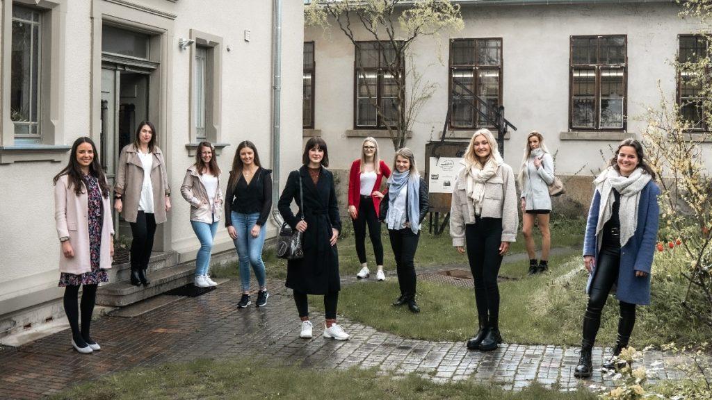 Gruppenbild vor der Schaustickerei Plauen Foto Stephan Roßner Stadtmarketing Plauen / Winkel & Blick
