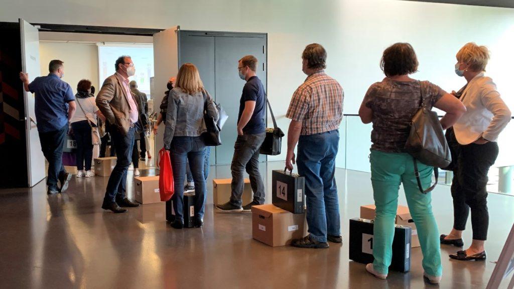 Die Leiter der Wahllokale geben in der Festhalle die Simmen ab.