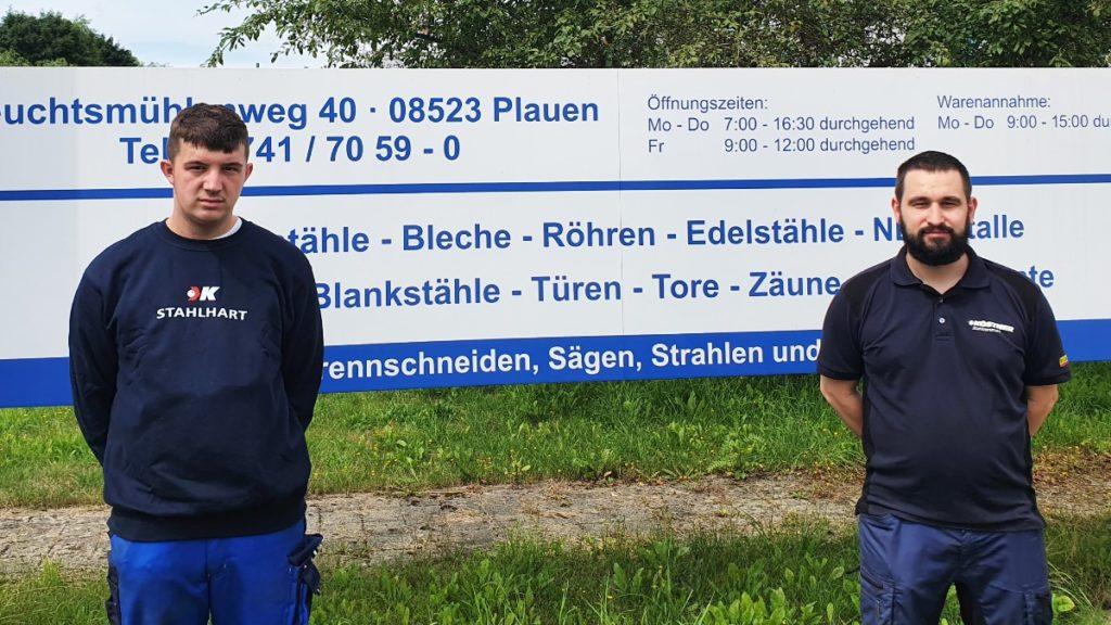 Ausbildungsbeauftragter Benjamin Schmalfuß begrüßt seinen neuen Auszubildenden Kevin Wunderlich (li.) und freut sich auf die Zusammenarbeit mit dem künftigen Fachlageristen. Foto: Köstner Stahlzentrum GmbH