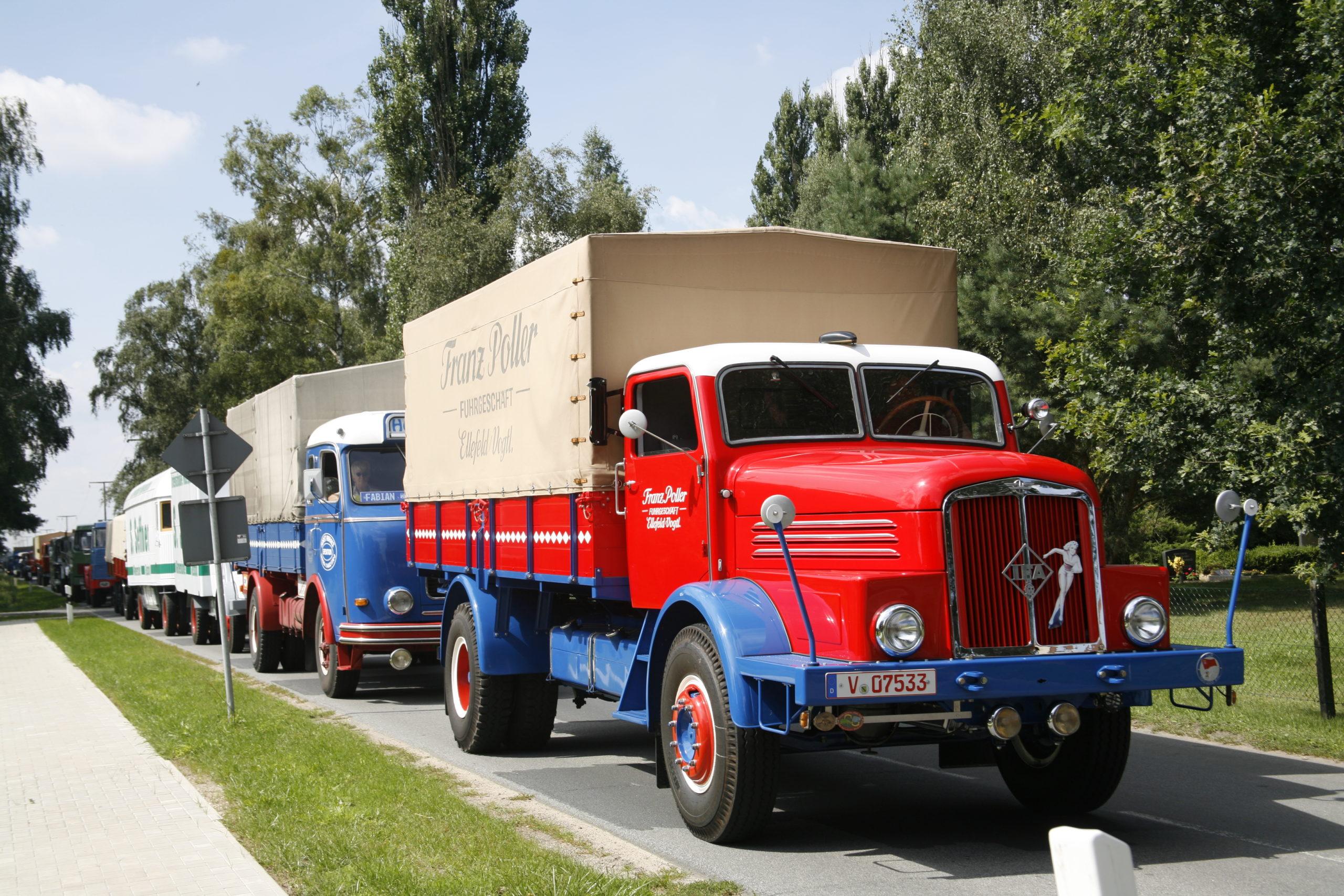 Historische Nutzfahrzeuge rollen durch Plauen