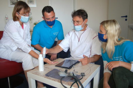 Dr. Cornelia Fischer und Dr. Udo Junker stellen in ihrer Gemeinschaftspraxis den Medizinstudenten Jan Köster und Elfrun Meyer ein mobiles Ultraschallgerät vor, welches beispielsweise den Durchfluss von Blutgefäßen darstellt. Das Gerät ist vorzugsweise für den Notfallbereich und bei Hausbesuchen von großem Nutzen. Foto: Landratsamt