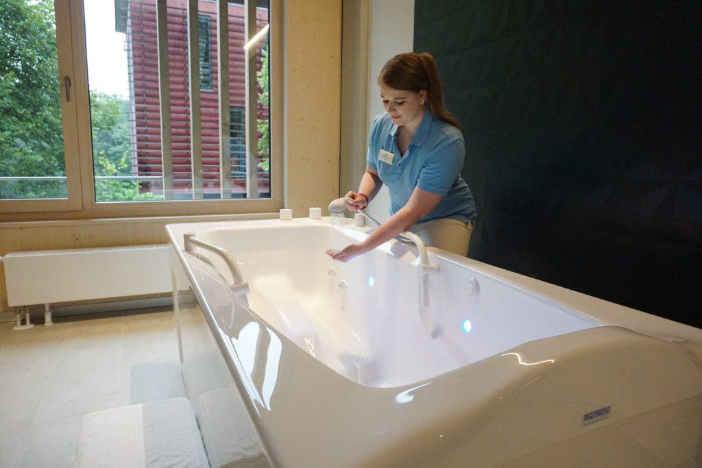Mitarbeiterin Luisa Adler füllt die neue Radonwanne im Radon-Therapiezentrum Bad Brambach; Foto SSB_C. Schubert