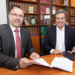 Oberbürgermeister Steffen Zenner (links) und Rainer Gläß, Gründer und CEO der GK Software SE, beim Unterzeichnen des Kaufvertrags beim Notar. Foto - Ellen Liebner/Stadt Plauen