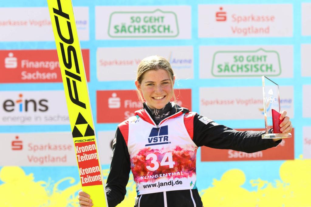 Mit 141,5 Metern, dem bisher weitesten Sprung einer Frau in der Sparkasse Vogtland Arena, holte sich Marita Kramer den Sieg in Klingenthal. Foto: VSC / Konstanze Schneider