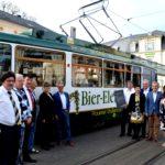 Ein Spalier für die Bier-Elektrische bildeten die prominenten Gäste zur Jubiläumsfahrt der historischen Tram. 30 Jahre ist das rollende Sternquell-Restaurant in Plauen unterwegs. Foto: Sternquell-Brauerei