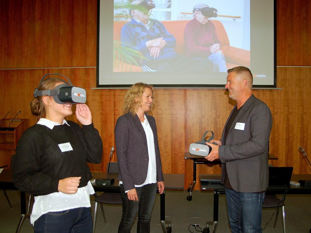 Der Geschäftsführers Andreas Weigel von diginetmedia, stellt den Teilnehmer die virtual Reality Brille vor. Foto: Landratsamt