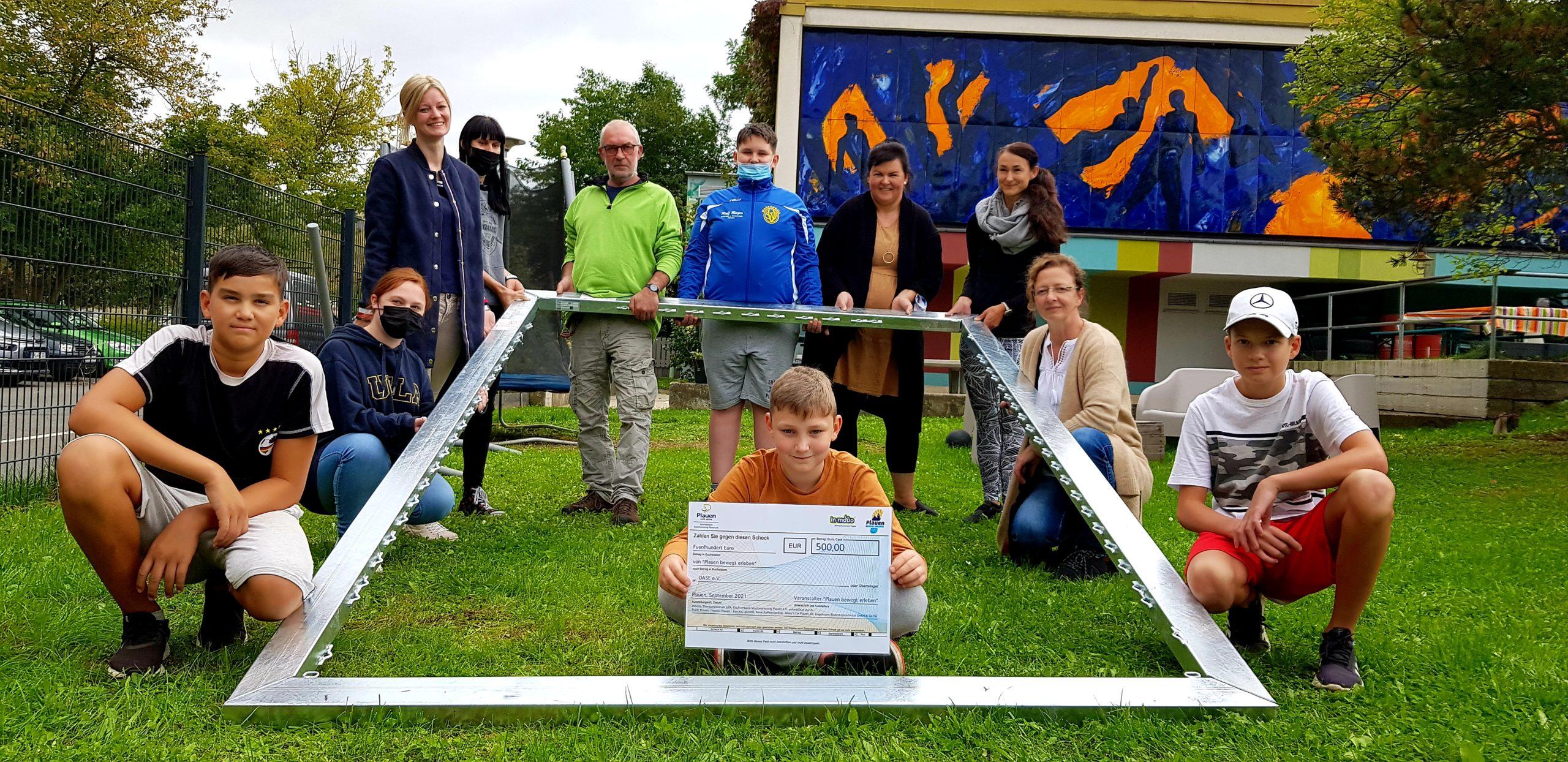 Jugendzentrum Oase freut sich über Spendenscheck